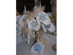 Project Idea Holiday Fleece Mitten Ornaments with Snowflakes Embroidery Designs